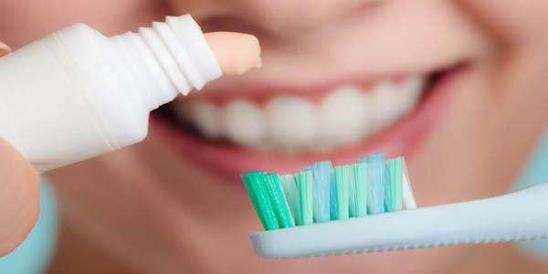 Najlepsza pasta wybielająca zęby – porównanie produktów
